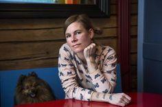 SIRKKOJA RUUAKSI. URAMUUTOS. Laura Hynninen vaihtoi muusikosta sirka kasvattajaksi. Vanhaa värikästä puutaloa Porvoossa asuttavat Laura Hynnisen ja hänen miehensä Arthur van der Knaapin lisäksi kolme heidän teini-ikäistä lastaan sekä ärhäkkä vahtikoira Käpy.
