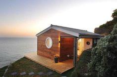 Kleines Holzhaus an der Meeresküste