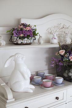 Mesa de Páscoa - decoração com toque provençal em tons de rosa e violeta - aparador arrumado para o chá com flores, xícaras e coelhos de porcelana  ( Decoração: Fabiana Moura | Flores: Bothanique )