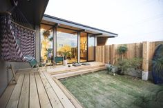 Low deck and large windows Style At Home, Surf House, Small Space Interior Design, Courtyard House, House Elevation, Outdoor Living, Outdoor Decor, Japanese House, Home And Deco