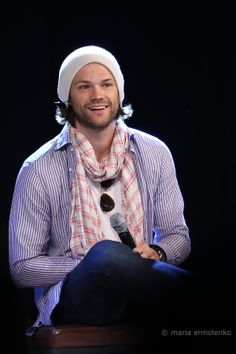 Jared, onstage even after dislocating his shoulder yesterday. Jensen Ackles Jared Padalecki, Jared And Jensen, Just Jared, Supernatural Convention, Supernatural Tv Show, New Actors, Mark Sheppard, Wife And Kids, Hollywood