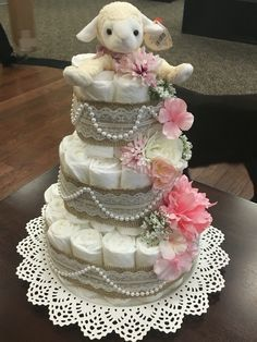 Diaper tower for Baby Shower (But with purple and an elephant) Baby Cakes, Baby Shower Cakes, Regalo Baby Shower, Baby Shower Diapers, Baby Shower Themes, Baby Shower Gifts, Baby Gifts, Girl Diaper Cakes, Pearl Baby Shower