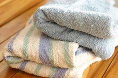 How to Remove Mildew Smell from Towels. If you forget to dry your towels after washing them, they may develop a pungent mildew smell that will make them incredibly unpleasant to use. Deep Cleaning Tips, House Cleaning Tips, Diy Cleaning Products, Spring Cleaning, Cleaning Hacks, Cleaning Solutions, Green Cleaning, Refresh Towels, Old Towels