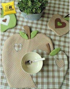 We sew apples for kitchen in style a patchwork Fabric Crafts, Sewing Crafts, Sewing Projects, Projects To Try, Table Runner And Placemats, Quilted Table Runners, Image Deco, Place Mats Quilted, Creation Couture