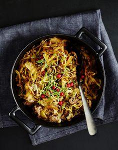 Sinkun kaalilaatikko syntyy pikaisesti pannulla. Ruskista pikkuannos jauhelihaa ja lisää joukkoon pussillinen suikaloitua kaalia ja mausteita.