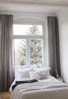 Schlafzimmer Inspiration - unser neues Altbau Schlafzimmer, mit dem Fenster als Kopfteil. Simple Bedroom Inspiration.