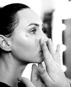 Invata sa aplici corect fondul de ten cu Alexandru Abagiu Articles, Beauty, Beauty Illustration