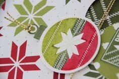 Uitgesneden en aan een stuk gouden draad gehangen, maakt van de kerstbal uit stempelset Lots of Joy een mooi cadeaulabel. #kerst #kerstbal #Stampinup #DIY #stempelset #stempelen