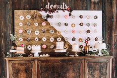 A Gillmore Girls inspired wedding - This is how you do that!! // http://www.girlsofhonour.nl/gilmore-girls-bruiloft-is-hoe-zouden/ Photo: Rianne Photography - Donutwall: TELEUKTROUWEN - Flowers: Judith Slagter - Organisation: Girls of Honour & Best Day Ever Events