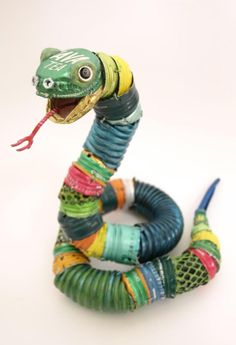 Animal Sculptures Made from Recycled Materials on – Japanese artist Natsumi Tomita uses materials collected from garbages to create these creative animal… Recycled Toys, Recycled Art Projects, Crafts From Recycled Materials, Bottle Cap Art, Bottle Cap Crafts, Animal Sculptures, Sculpture Art, Metal Sculptures, Art Du Monde