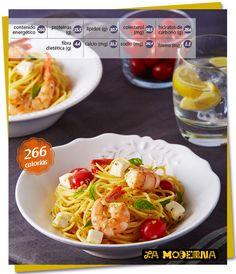 Spaghetti con camarones, albahaca y tomate.