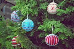 Bolas de Navidad Amigurumi - Patrón Gratis en Español aquí: http://deestraperlo.blogspot.nl/2014/11/crocheted-christmas-ball-pattern.html