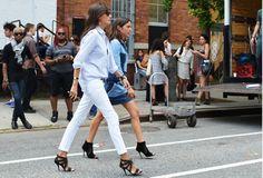 Sandales,slim blanc+chemise bleue/jean clair