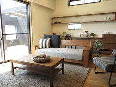 ブラックチェリー材の床にウォールナット無垢材の家具でコーディネート!ウォールナット材と相性のいいグレー&ブラックをアクセントカラーとして提案 (インテリアショップBIGJOY)