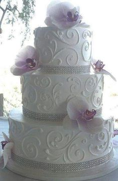 Love the details of this wedding cake!