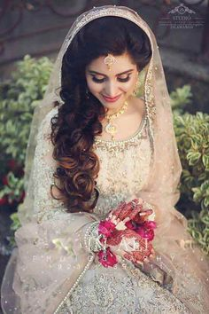 Side Loose Curls With Dupatta Hairstyles For Pakistani Brides Adibaumair Sheikh Pakistani Bridal Makeup Wedding Hairstyles Latest Asian Party Wedding Hairstyles Pakistani Engagement Hairstyles, Pakistani Bride Hairstyle, Pakistani Bridal Makeup, Indian Wedding Hairstyles, Pakistani Wedding Dresses, Bride Hairstyles, Pakistani Wedding Photography, Hairstyles 2018, Desi Bride