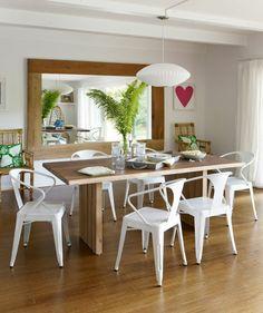 esszimmer einrichten rustikaler esstisch weiße stühle wandspiegel pflanzen
