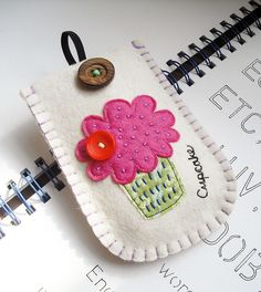 Little Cupcake Felt Gadget Case by suezybees on Etsy Felt Phone Cases, Felt Case, Felt Pouch, Felt Diy, Felt Crafts, Diy Crafts, Pochette Portable, Felt Mobile, Crochet Amigurumi