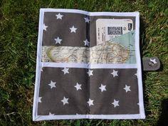 Oui, j'ai envie de voyages... alors en attendant de partir, je prépare une pochette pour ranger les 2 passeports et les billets d'avion. Inspirée de ce tuto et de ce modèle.