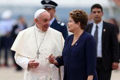 El Papa Francisco y la presidente del Brasil Dilma Rousseff en el aeropuerto de Río de Janeiro a la llegada del Pontífice. (EFE)