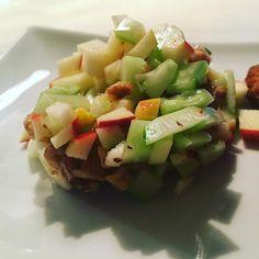 Heute gibt es einen #Rohkost #salat #salad der durch seine Schlichtheit besticht. Neu aus meiner #versuchsküche : taaaadaaaa 😉 Gurken Apfel Walnuss Salat , die Gurke entkernen, Walnüsse ohne Fett in der Pfanne rösten alles fein würfeln. Knoblauch Limettensaft Limettenzesten Olivenöl und Honig : fertig #healthyfood #foodblogger #foodart #recipes #foodpic #foodphotography #foodlover #foodpassion #foodporn #beilage #hautecuisines #whaticooked #vegan #vegetarian #instafood #followmyfood…