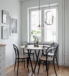 I like this dining room corner in this Swedish apartment. The black and wood go so nicely together and I love this round setup in this small area. The black bentwood chairs match this round table perfectly and make this … Continue reading → Dining Room Corner, Dining Room Table, Small Dining Table Apartment, Small Dining Area, Bentwood Chairs, Piece A Vivre, Dining Table Design, Dining Room Inspiration, Interior Design Living Room