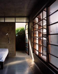 Image 5 of 29 from gallery of Utsav House / Studio Mumbai. Photograph by Courtesy of Studio Mumbai Minimalist Interior, Minimalist Bedroom, Minimalist Decor, Minimalist Living, Minimalist Kitchen, Modern Minimalist, Studio Mumbai, Bathroom Window Glass, Louvre Windows