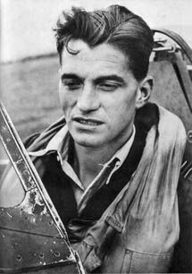 Top-scoring RAF ace in WWII with 34 victories. Cienfuegos, Photo Avion, Flying Ace, Supermarine Spitfire, Battle Of Britain, Fighter Pilot, Royal Air Force, Interesting History, Luftwaffe
