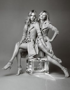 Un premier cliché publié sur les réseaux sociaux avait créé un énorme buzz en mars dernier… La campagne événement qui réunit l'icône de la mode anglaise, Kate Moss, et sa digne héritière, Cara Delevingne, est enfin dévoilée. http://www.elle.fr/Beaute/News-beaute/Parfums/Kate-Moss-et-Cara-Delevingne-la-rencontre-de-deux-icones-pour-My-Burberry-2757078