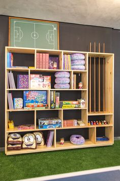 Decora Rosenbaum Temporada 3 - Salão de Jogos. Estante para jogos. Foto: Felipe Felco Valle Bookcase, Shelves, Home Decor, Carport Garage, Gardening, Games, Arquitetura, Seasons, Shelving