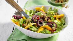 Mango eignet sich nicht nur zum Kochen oder im Obstsalat - sie ist auch eine ausgezeichnete Zutat für herzhafte Salate wie diesen hier.
