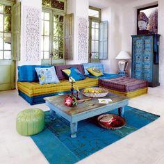 déco salon éclectique: pouf Maroc, kilim, table basse et armoire bleues