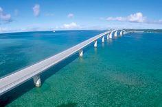 2015年1月31日に開通した伊良部大橋。全長3,540mの長さを誇る橋で、なんと無料で渡れる日本で一番長い橋。ドライブが気持ちいい~♪