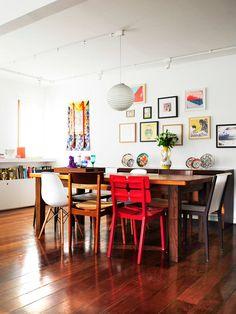 Aqui pode encontrar fotografias de ideias de design de interiores. Se inspire! Red Studio, Dining Chairs, Dining Table, Interior Design, Architecture, Bedroom, House, Furniture, Interiors