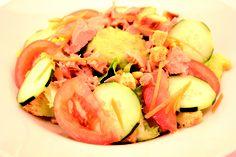 """"""" Menù Ensalada Atun """" € 10,00.- ( insalata mista, carote, maiz, pomodori, cetrioli, tonno,crema di avocado e crostini di pane + 1/2L.  Acqua Minerale )"""