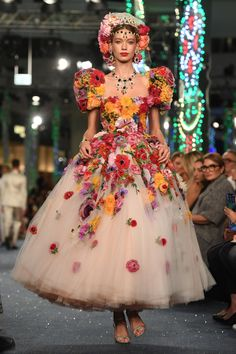 Dolce & Gabbana hosts Dubai show : Dolce & Gabbana- HarpersBAZAARUK To celebrate their new boutique opening Fashion Art, Floral Fashion, Runway Fashion, High Fashion, Luxury Fashion, Fashion Show, Fashion Outfits, Fashion Design, Emo Fashion