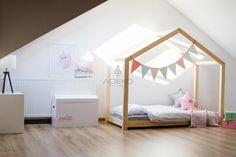 La maison de lit est un lit incroyable pour dormir et jouer. Ce lit de maison adorable fera de votre chambre d'enfants un endroit spécial. Ce lit unique sera une excellente idée pour un cadeau ou juste pour faire Le lit pour être un endroit préféré pour votre enfant, où il peut dormir, lire des livres, jouer, passer du temps à jouer et simplement mentir et regarder des dessins animés. Cela ressemble à une petite maison. Allez voir www.adekostolarnia.pl pour plus d'idées et de cadres de lit…