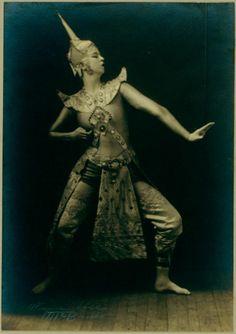 Ruth St. Denis in Siamese Ballet - ID: den_0487v - NYPL Digital Gallery