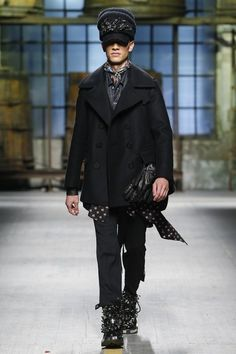 See the complete Dsquared2 Fall 2017 Menswear collection.