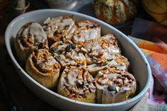 Vegane, glutenfreie Kürbis-Zimt-Rollen mit Pekannüssen
