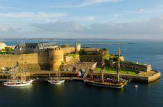 Etabli sur une assise gallo-romaine du IIIè siècle, le château de Brest fut achevé par Vauban au XVIIè siècle. Manifestation de la puissance des Comtes de Léon jusqu'au milieu du XIVè siècle, enclave anglaise pendant cinquante ans, convoitée par la Bretagne, l'Angleterre, la France, la forteresse du bout de la terre était considérée au Moyen-Age comme le plus fort château du monde.