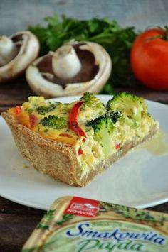 Bardzo smaczna tarta na półkruchym cieście z razowej mąki, z jajkami od wiejskich kur i warzywami, cebulką i pieczarkami przesmażonymi na sm...