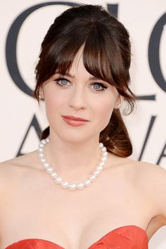 Zooey Deschanel in simple pearl jewellery at the Golden Globes.