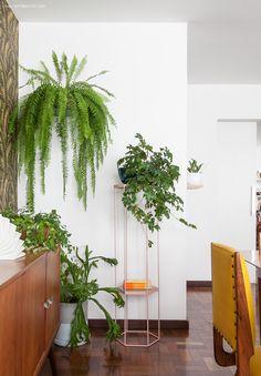 Nessa sala, as plantas pendentes criaram um cantinho verdejante e super inspirador