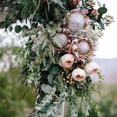 I mean, this floral ceremony installation? Sooo pretty. @inessanicholsdesign and @gatherevents have created a swoon-worthy celebration up on the blog today. Photo: @heatherkincaidphoto #palmspringswedding #flowers