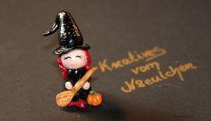 Halloween-Hexe zur Deko aus Fimo, absolutes Unikat.     Die kleine Hexe aus Fimo mit ihrem Glitzerhut, Besen und Minikürbis zu Halloween ist vollständ