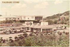 A & W沖縄の1号店(屋宜原店)を開設したのは実はアダムスとバーンズの2人の米国人だったのです。その時代A & W社(米国)はグァム、マレーシア、フィリピンに店舗を開設しました。そしてフィリピンから沖縄へ北上しアダムスとバーンズは嘉手納基地近くに屋宜原店を開設したのです。当時は基地内にファーストフード店はなく、1960年代はじめ沖縄に於けるアメリカ人社会は既にマイカーブームとなっていました。それ故ドライブインレストランとしてスタートした 屋宜原店はアメリカ人の圧倒的支持を受けることに時間はかかりませんでした。そしてこの屋宜原店の建築を請け負ったのが、平良幸雄(現A & W沖縄会長)だったのです。平良は当時建築会社の工事担当でしたが、その会社からラオスへの転勤を命ぜられ米軍とのビジネスを始めました。当時のことについて平良会長のコメントがあります。 「建築工事に携わっていた人で沖縄から派遣されたのは私一人でした。