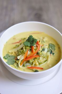 Delicious and easy Chicken and Noodle Laksa Recipe. Vegetables, rice noodles, chicken and herbs in a curry coconut broth make a traditional Malaysian dish. Healthy Soup Recipes, Cooking Recipes, Spicy Recipes, Chili Recipes, Kitchen Recipes, Healthy Meals, Healthy Chicken, Chicken Recipes, Creamy Chicken