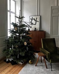 30 Gorgeous Winter Theme Scandinavian Home Decor Ideas - Let the holiday traditions of countries like Denmark, Finland, Norway, and Sweden inspire you this season. Long winter nights in these countries are b. Scandinavian Holidays, Christmas Mood, Scandinavian Christmas, Scandinavian Home, Simple Christmas, Christmas And New Year, Modern Holiday Decor, Decoration Originale, Diy Weihnachten