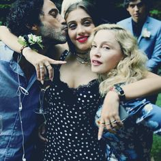 Madonna & Lourdes Maria Ciccone Leon - Lourdes is pictured here with her parents Madonna and Carlos Leon. Lourdes definitely has her mother's looks and free-spirited attitude. Madonna Rare, Madonna 80s, Lady Madonna, Madonna Fashion, Madonna Music, Madonna Family, Madonna Daughter, Celebrity Babies, Celebrity Photos
